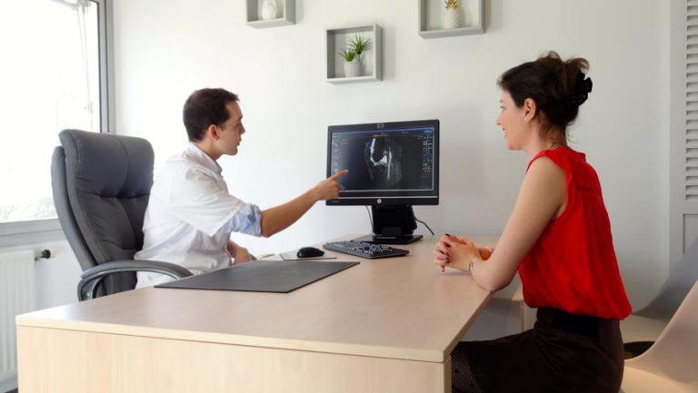 Docteur Simian à son cabinet à la Clinique du Parc de Périgueux, Dordogne